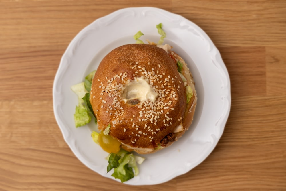 Bagel with lettuce and baked chicken