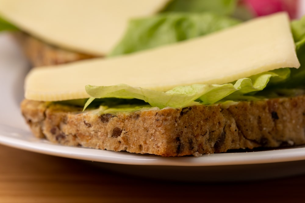 Bread with lettuce and cheese