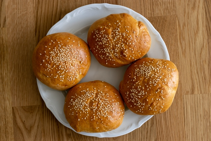 Hamburger buns from frozen and defrosted yeast