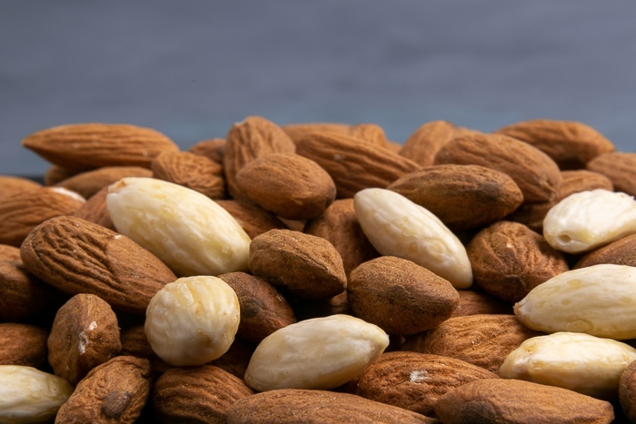 Peeled and unpeeled almonds