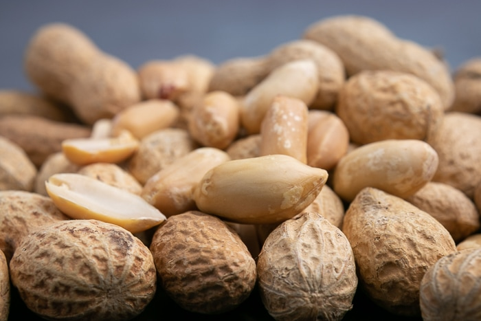 Shelled and unshelled peanuts